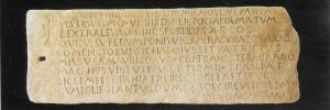 Lápida de comenciolo que se encontraba en la puerta de entrada a la Muralla Bizantina. Actualmente se encuentra en el Museo Arqueológico Municipal de Cartagena.